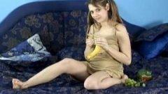 Jeune minette de 18 ans enceinte s'amuse avec des fruits