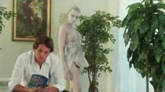 La statue d'Eve revient à la vie pour déchaîner sa passion du porno !