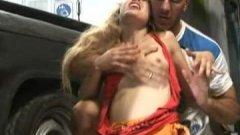 Il plaque Yanina Aguilar par terre avant de la baiser brutalement