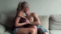 Un mec réalise une video amateur pour Xhamster avec une cougar