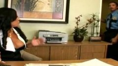 La secrétaire se tape la matraque d'un flic