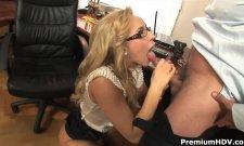 Secrétaire à lunette qui aime le sexe et son coup de quéquette
