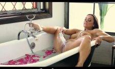 Un bain de pétales avant la sodomie pour cette mature française