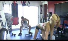 Une blonde va prendre une leçon de sex à la salle de sport